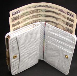 がま口のついた二つ折りの白蛇財布