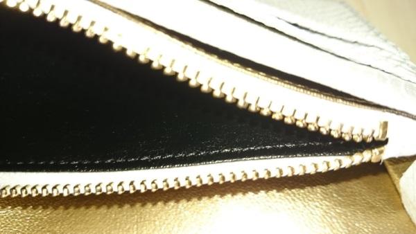 チャックを拡大!小銭入れの中は黒色でした