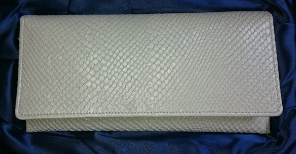 いい匂いのする白蛇財布正面