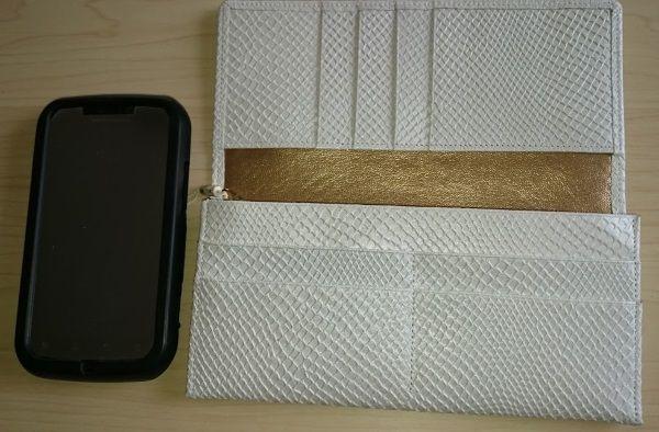 大きさを比べてみました白蛇財布とスマホ
