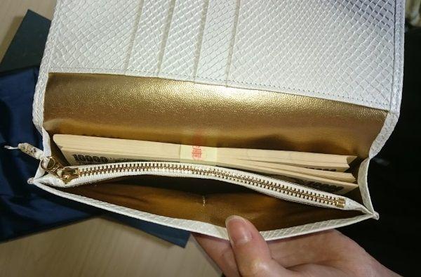 財布の内装について手前も金色です